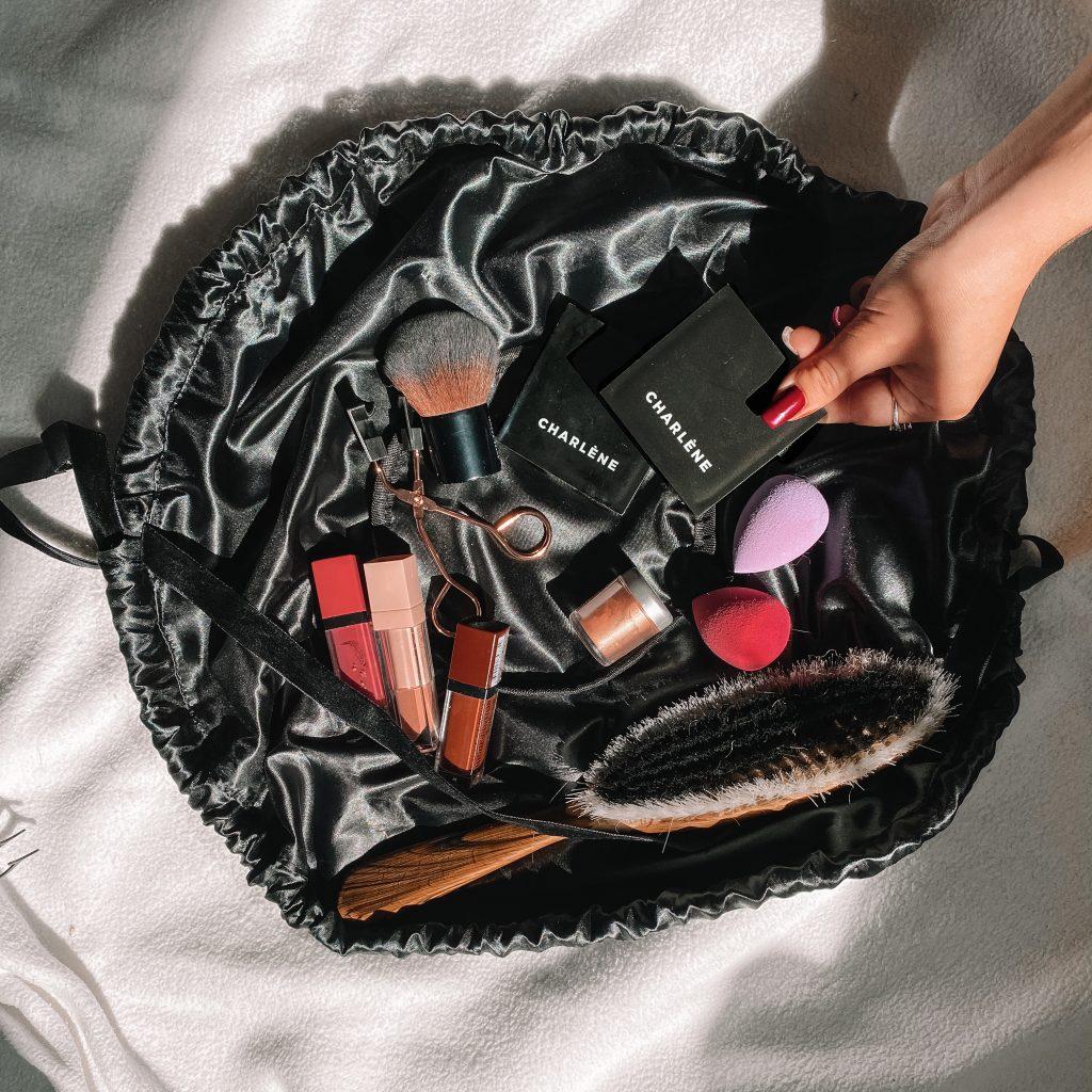 kosmetyczka rozkładana na płasko, okrągła kosmetyczka podróżna, worek, woreczek, markowa, czarna welurowa, magiczne, prezent dla panny mlodej